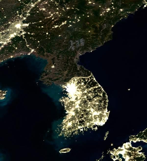 C0044096-Korea_at_night,_satellite_image-SPL.