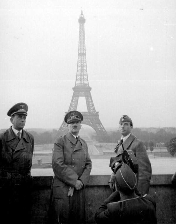 famous-photographs-Hitler-in-Paris.