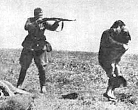 Holocaust2soldiershootingmother.